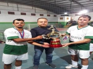 Prefeito Juliano em a entrega do troféu a equipe vice-campeã Passatempo, de Aiuruoca