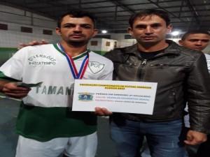 Patrocinador Paulinho em entrega do prêmio em dinheiro a equipe vice-campeã Passatempo